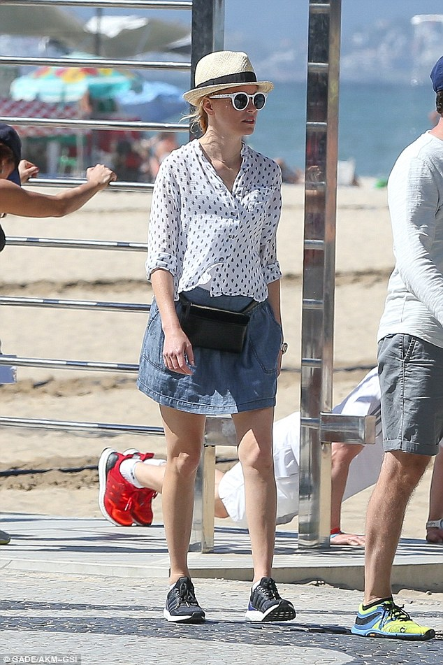 Elizabeth Banks in HFS bum bag